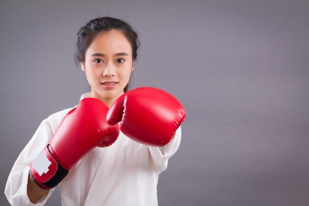 Portret kobiety wojownika; azjatka uprawiająca sztuki walki, mieszane sztuki walki