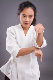 Portret kobiety wojownika; azjatycka kobieta praktykuje chińskie sztuki walki