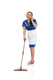 Portret kobiety wykonanej przez pracownika sprzątającego w białym i niebieskim mundurze na białym tle