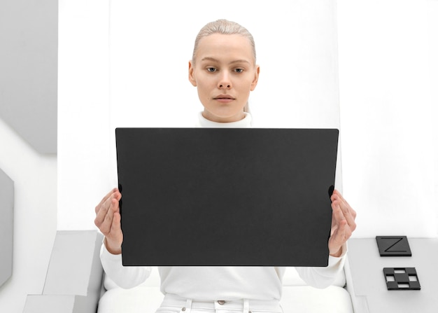 Portret Kobiety Z Cyfrowym Tabletem Premium Zdjęcia