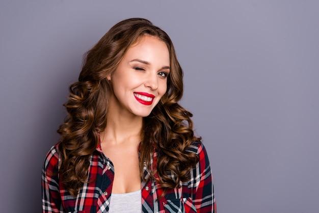 Portret kobiety z czerwonymi ustami