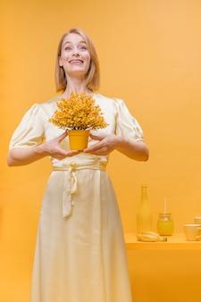 Portret kobiety z doniczki w żółtej scenie