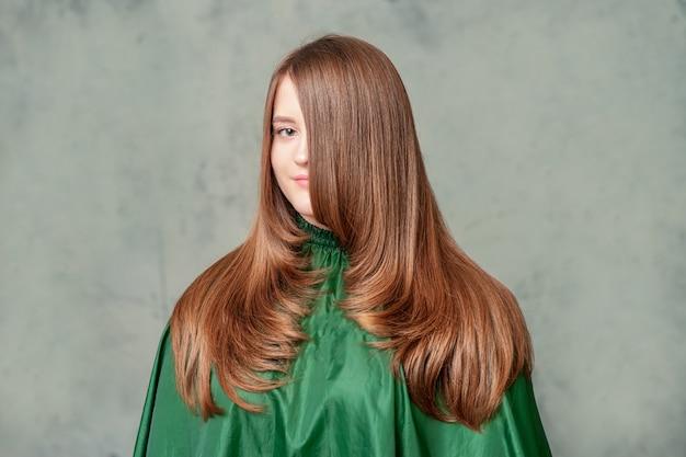 Portret kobiety z fryzurą.