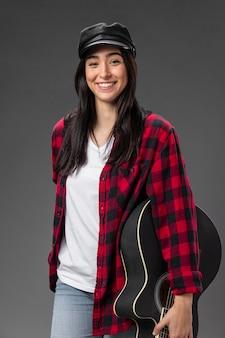 Portret kobiety z gitarą