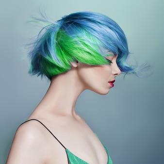 Portret kobiety z jasnymi, latającymi włosami, wszystkie odcienie niebieskiego fioletu.