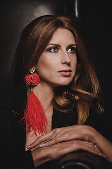 Portret kobiety z kolczykiem w kształcie czerwonego serca