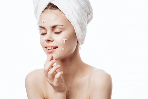 Portret kobiety z kremem do twarzy, pielęgnacji skóry, skóry nawilżającej i odżywczej