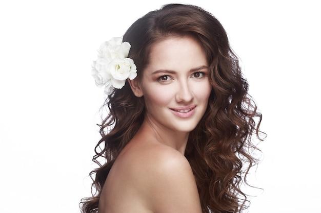 Portret kobiety z kwiatem we włosach