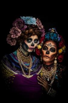 Portret kobiety z makijażem czaszki cukru ubrany w koronę kwiatu