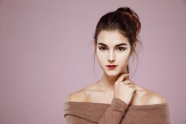 Portret kobiety z makijażem pozowanie na różowo