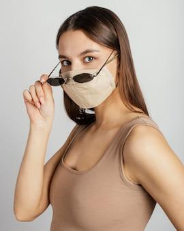 Portret kobiety z maską i okularami przeciwsłonecznymi