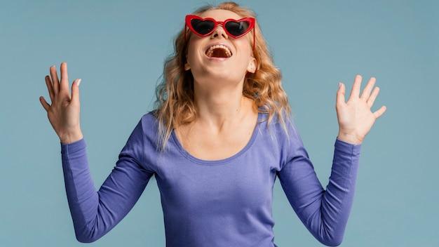 Portret kobiety z okulary, śmiejąc się