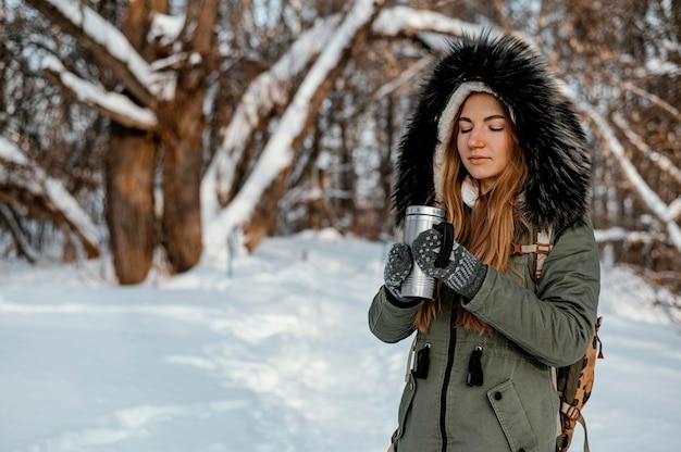 Portret kobiety z plecakiem na zimowy dzień
