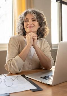 Portret kobiety z pracy laptopa