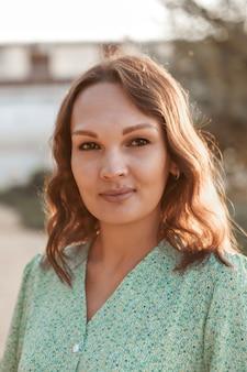Portret kobiety z profilu twarz pokryta włosami koncepcja pielęgnacji skóry kosmetyki naturalne...