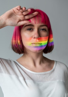 Portret kobiety z symbolem lgbt
