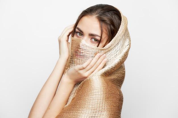 Portret kobiety z szalikiem religia muzułmańska zakrywa twarz eleganckim jasnym tłem