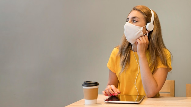 Portret kobiety z tabletu na sobie maskę
