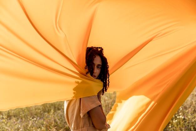 Portret kobiety z tkaniny w polach