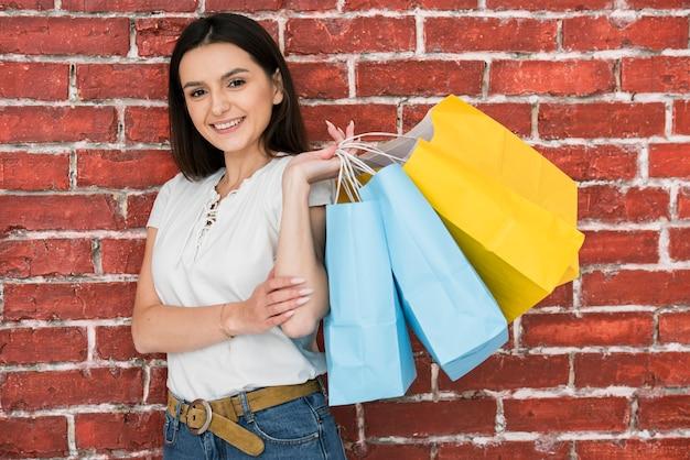 Portret kobiety z torby na zakupy