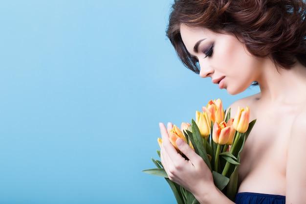 Portret kobiety z tulipanami