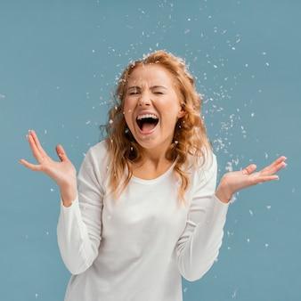 Portret kobiety z zamkniętymi oczami, śmiejąc się