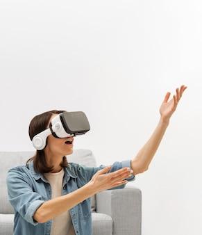 Portret kobiety z zestawem słuchawkowym wirtualnej rzeczywistości