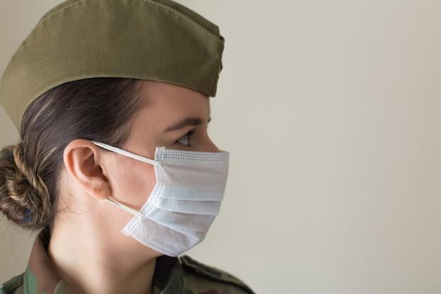 Portret kobiety żołnierz w mundurze i masce chirurgicznej