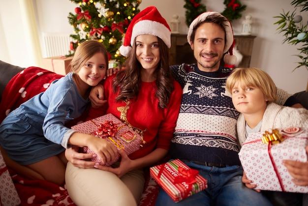 Portret kochającej rodziny na boże narodzenie