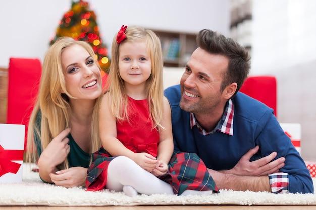 Portret kochającej rodziny w czasie świąt bożego narodzenia