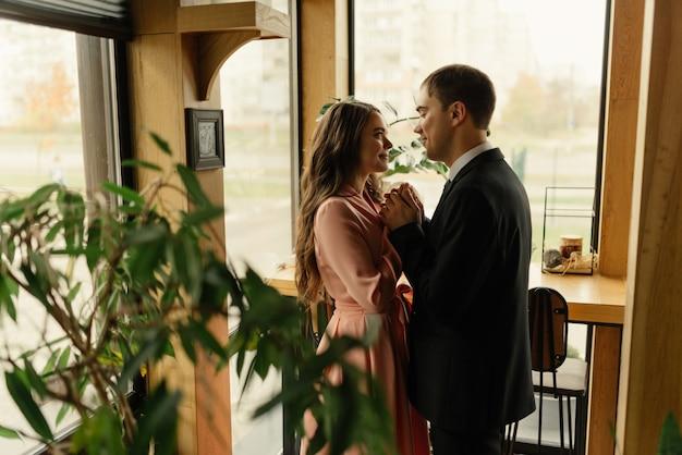Portret kochających nowożeńców w kawiarni na poddaszu. ślub, miłość, koncepcja relacji.