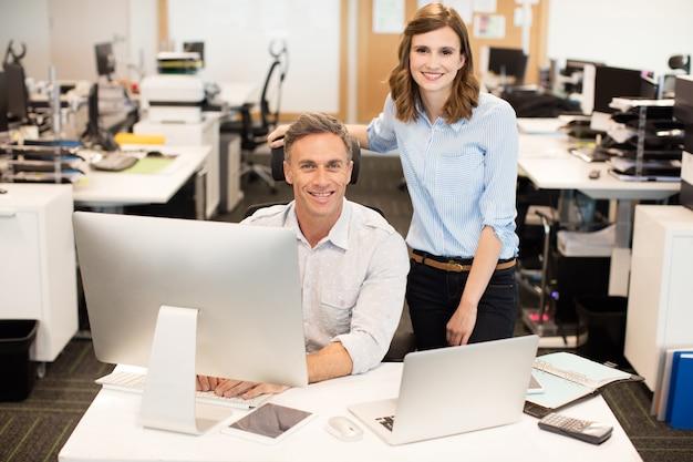 Portret kolegów z pracy w biurze