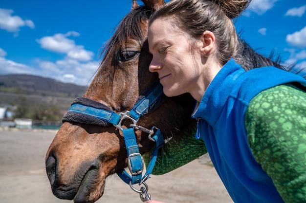 Portret konia z młodą kobietą