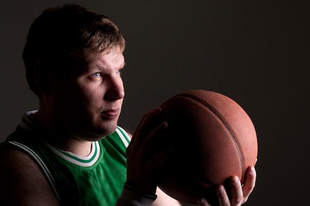 Portret koszykarza z piłką