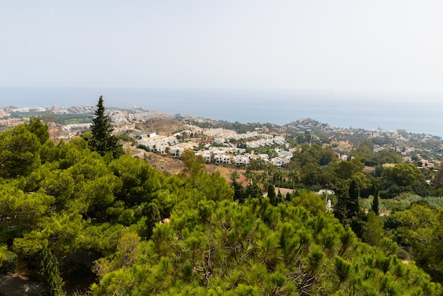 Portret krajobraz przyrody w hiszpanii z widokiem na miasto z jasnego nieba