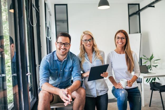 Portret kreatywnie biznes drużyna w jaskrawym coworking biurze.