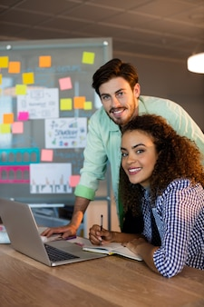Portret kreatywnych ludzi biznesu pracujących na biurku w biurze