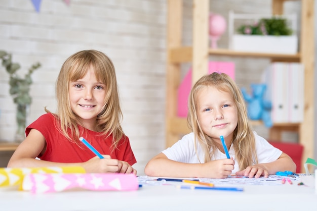 Portret kreatywnych małych sióstr
