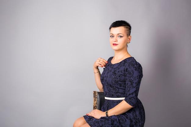 Portret krótka z włosami kobieta w błękit sukni