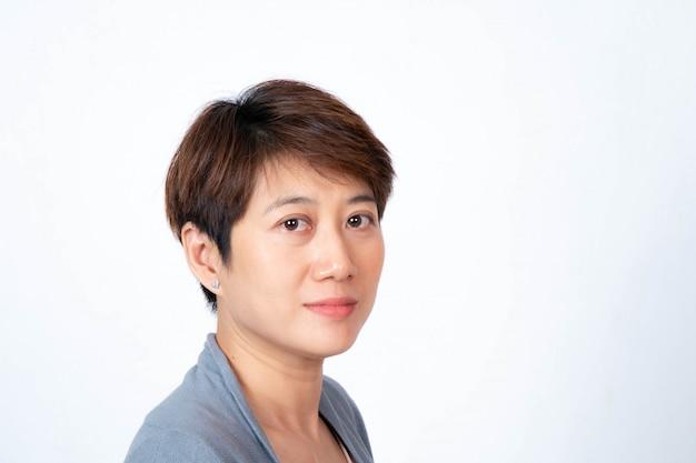 Portret krótkowłosej azjatyckiej kobiety uśmiechnięte twarzą w twarz