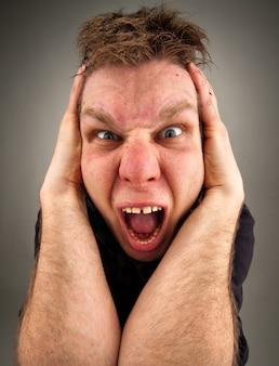 Portret krzyczącego dziwacznego mężczyzny