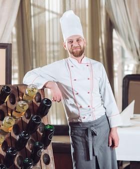 Portret kucharz w restauracji.