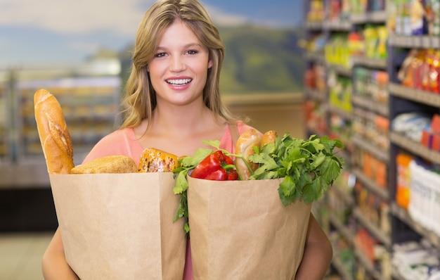 Portret ładna blondynki kobiety kupienia produkty żywnościowy