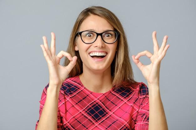 Portret ładna dama pokazuje okey symbol
