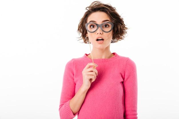 Portret ładna dziewczyna trzyma papierowych eyeglasses