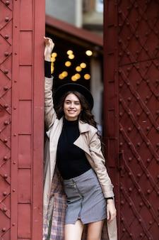 Portret ładna dziewczyna ubrana w jesienne ubrania neard stare zabytkowe drzwi