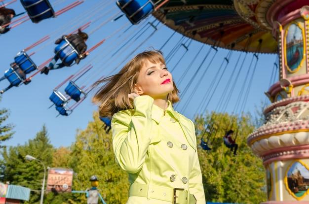Portret ładna dziewczyna w parku rozrywki