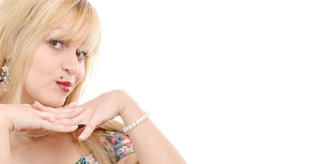 Portret ładna kobieta o blond włosach na białym tle