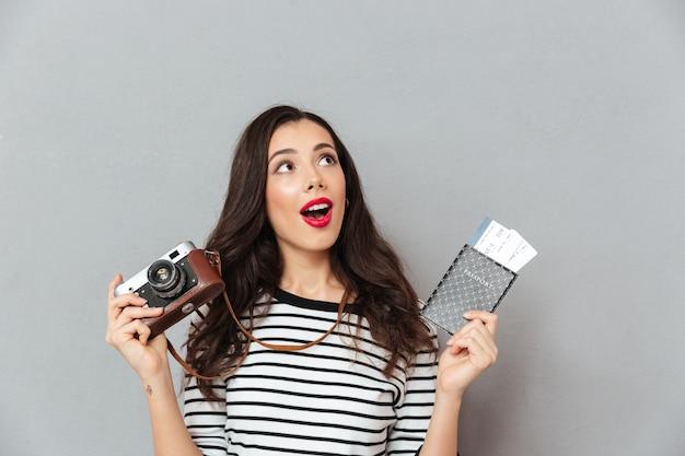 Portret ładna kobieta trzyma rocznika kamerę