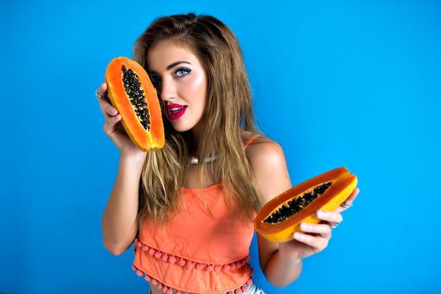Portret ładna kobieta trzyma smaczną słodką tropikalną papaję
